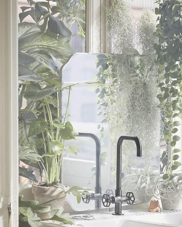 Mat zwart kraan met hoge hals en industriele uitstraling - via Accessorize your Home