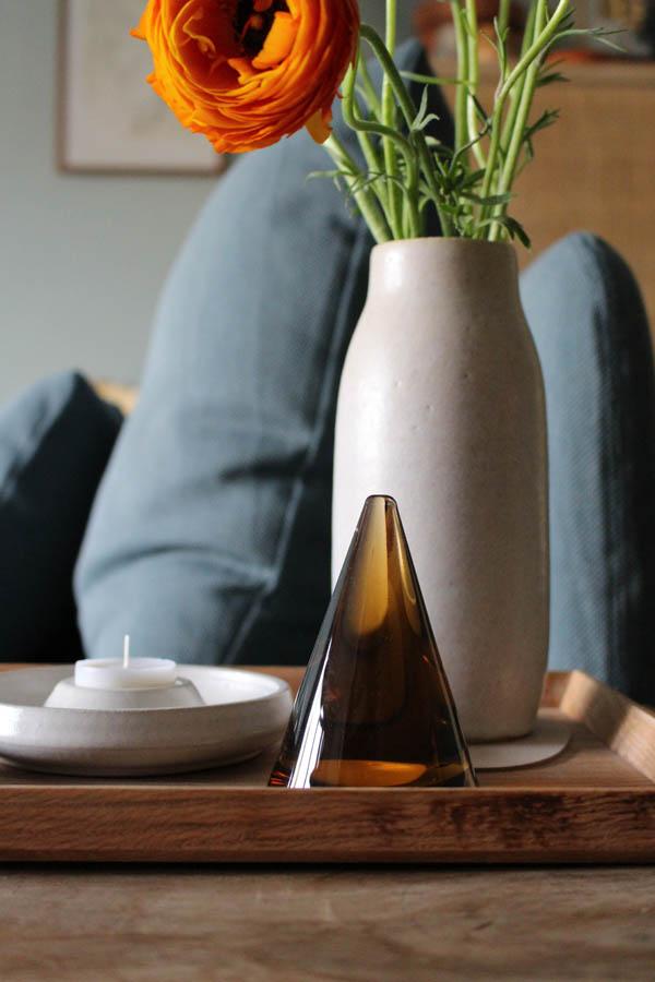 Vaas ranonkels op houten dienblad en Hjartelig presse papier - via Accessorize your Home