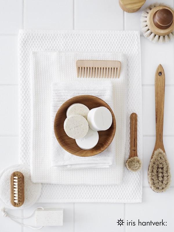 Handgemaakte houten borstels op een witte handdoek - via Accessorize your Home