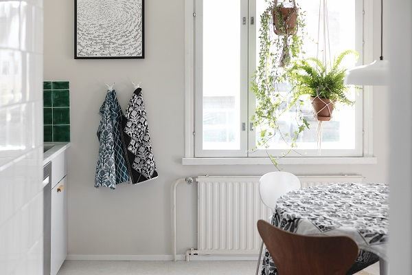 Lichte keuken met planten en textiel van het Finse Lapuan Kankurit - via Accessorize your Home