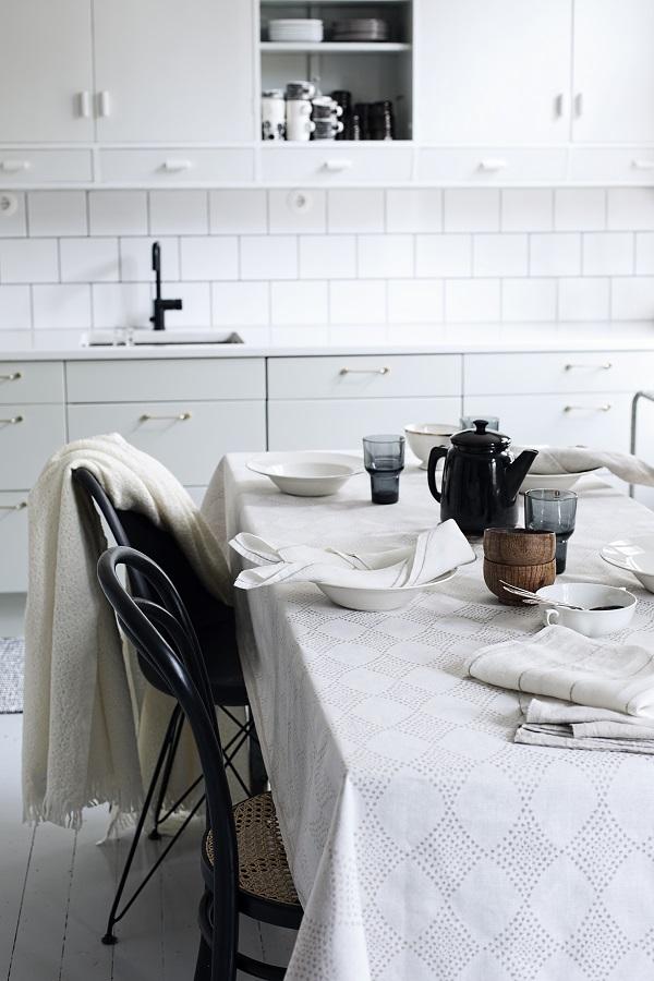 Witte keuken met gedekte ontbijttafel met textiel van Lapuan Kankurit - via Accessorize your Home
