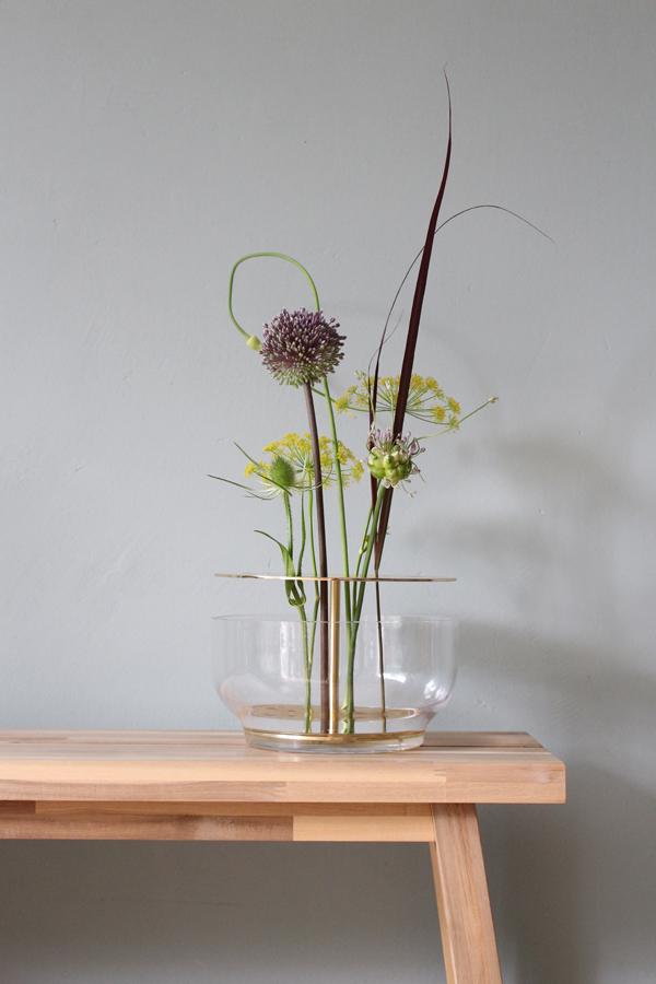 Ikebana vaas op Skogsta bankje met allium, dille en een distel uit de tuin - via Accessorize your Home
