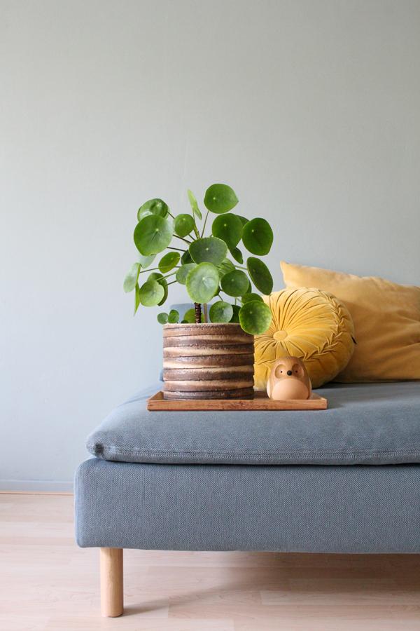 Soderhamn poef van IKEA met houten dienblad met vintage bloempot met pilea en houten Turned bird - via Accessorize your Home