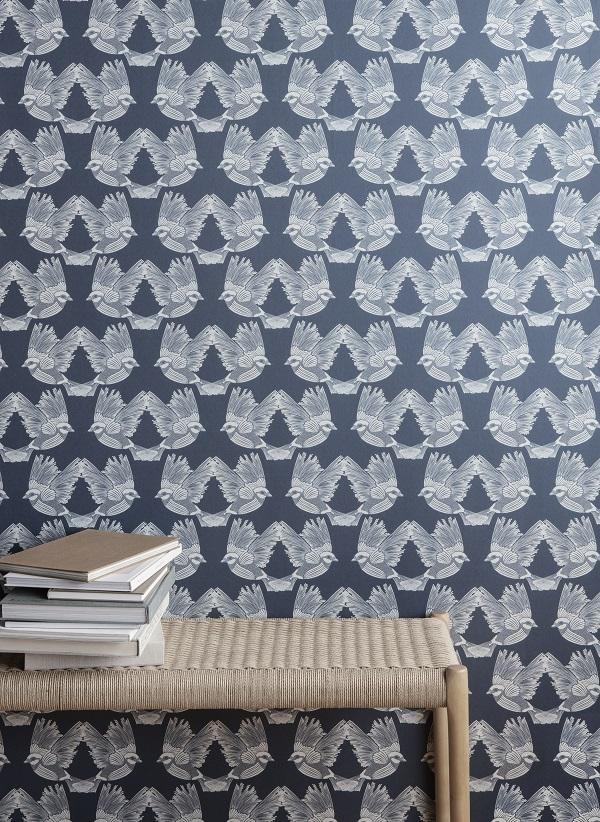 Behang met print van vogels of blauwe of groene achtergrond met rotan bankje met boeken - via Accessorize your Home