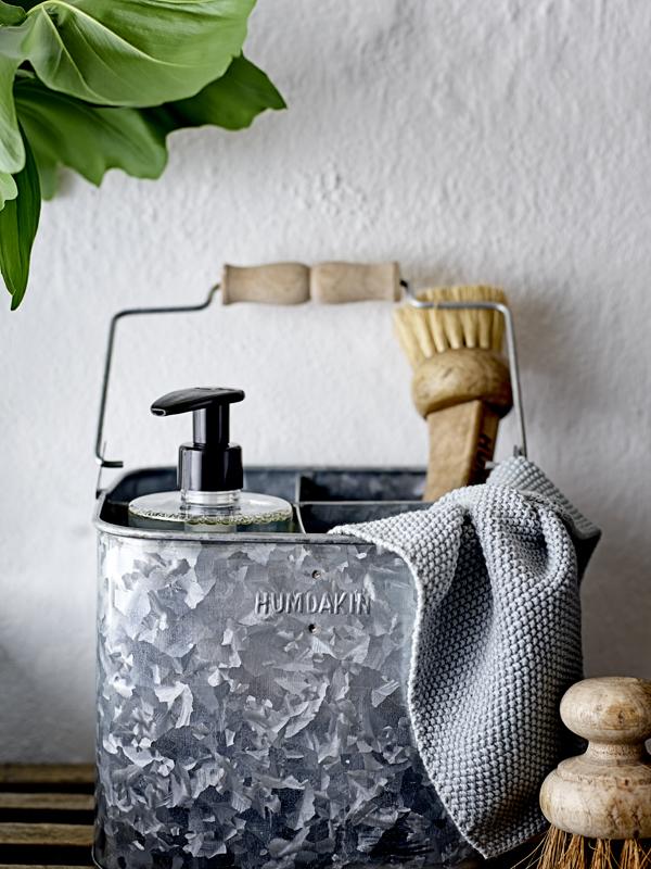 Ijzeren mand met houten handvat gevuld met moderne schoonmaakmiddelen van Humdakin - via Accessorize your Home