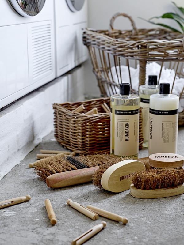 Wasmiddel en wasverzachter met houten knijpers en houten borstels van Humdakin - via Accessorize your Home